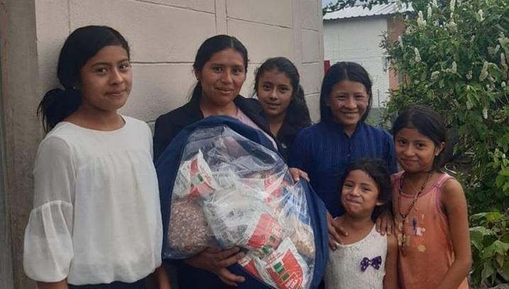Entrega de bolsas de ayuda en comunidad Villa Méndez en La Campa, Lempira