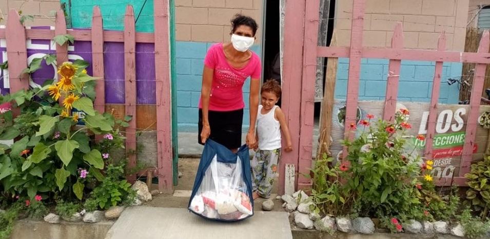 Entrega de bolsas de ayuda en comunidad JOH en Choloma