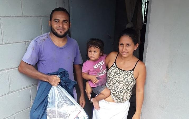 Entrega de bolsas de ayuda en comunidad en Ilama, Santa Bárbara