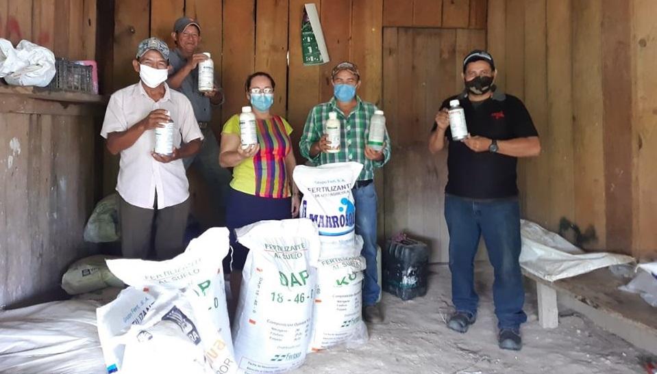 Donación de insumos agrícolas a beneficiarios de proyecto de aguacate en Lucerna, Ocotepeque