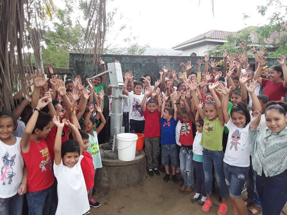 Entrega de pozo de agua en la Escuela Juan Ramón Molina en Puerto Cortés