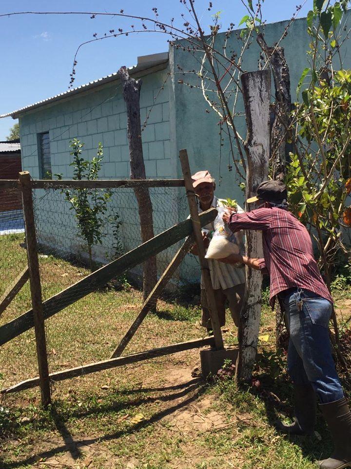 Entrega de bolsas de ayuda en comunidad Puerto Escondido en Santa Cruz de Yojoa