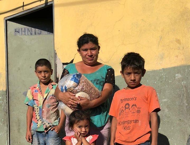 Entrega de bolsas de ayuda en El Escondido, Copán