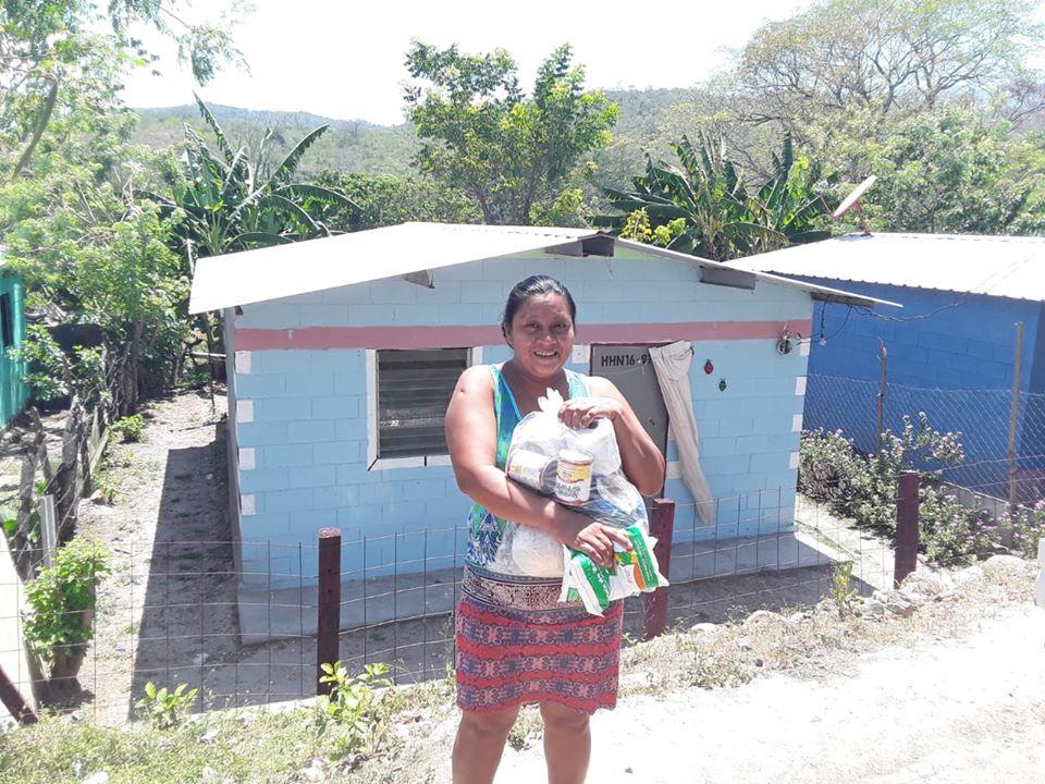 Entrega de bolsas de ayuda en Comunidad El Perico