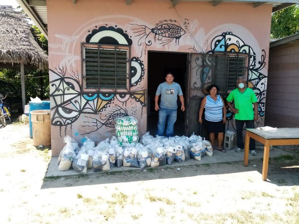 Entrega de bolsas de ayuda a pescadores y familias