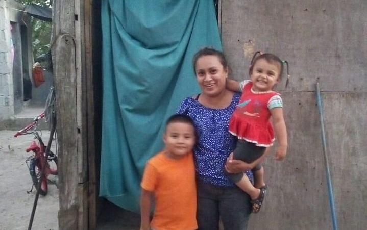 Entrega de bolsas de ayuda en comunidad Maranatha en Potrerillos, Cortés