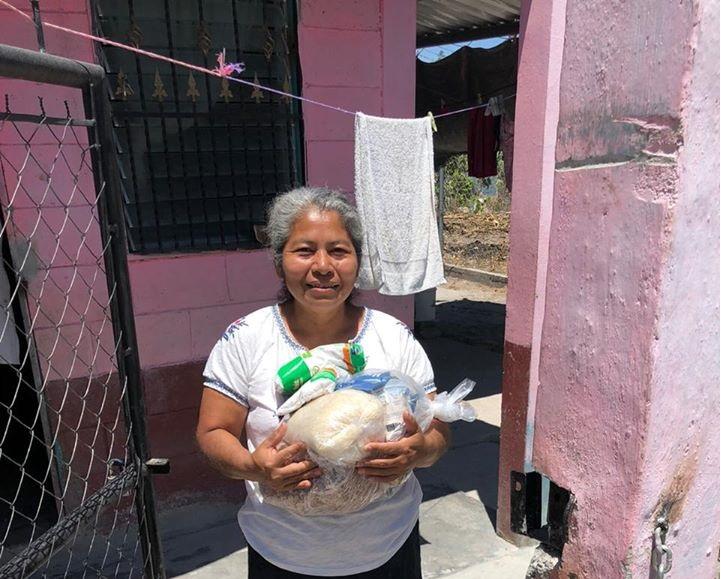 Entrega de bolsas de ayuda en comunidad Villa Mendez en La Campa, Lempira
