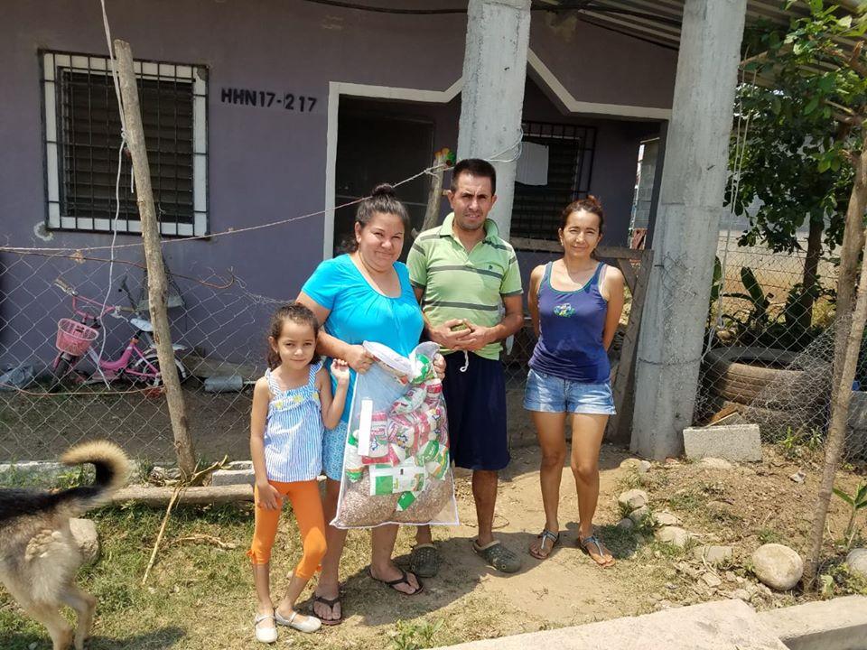 Entrega de bolsas de ayuda en comunidad Hermanos en Cristo en Villanueva