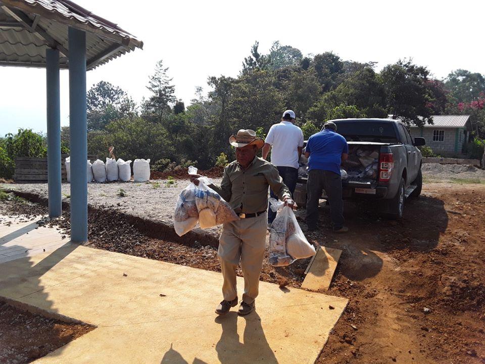 Entrega de bolsas de ayuda para los socios de la Cooperativa EPROHCIL