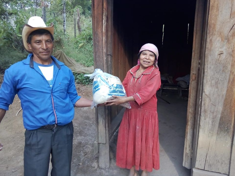 Entrega de bolsas de ayuda a familias productoras de café en Panina, Intibucá