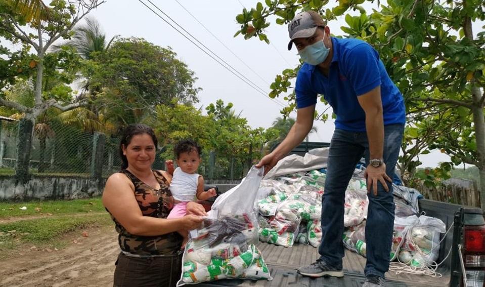 Entrega de bolsas de ayuda a Barra de Cuyamel y Barra del Motagua