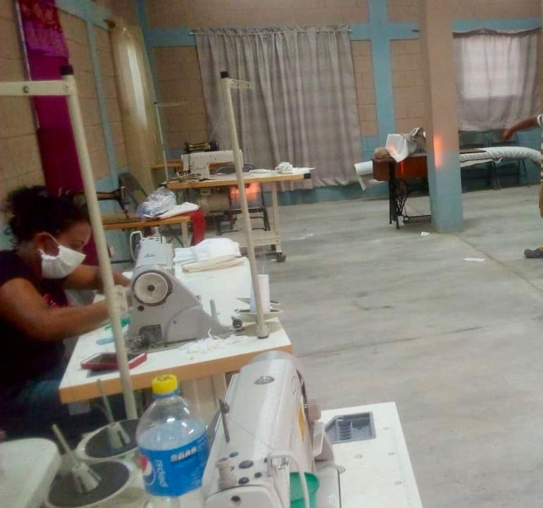 Elaboración de mascarillas en taller de costura en Comunidad JOH