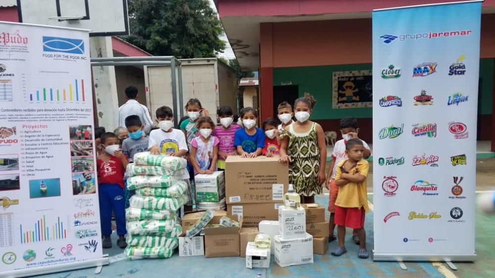 Donaciones en albergue en la Escuela José Trinidad Cabañas, El Progreso, Yoro.